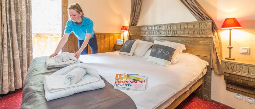 France_Les-Arcs_Chalet-Julien_Bedroom-example-staff2.jpg